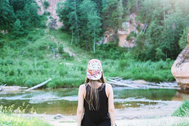 Chica con gorra