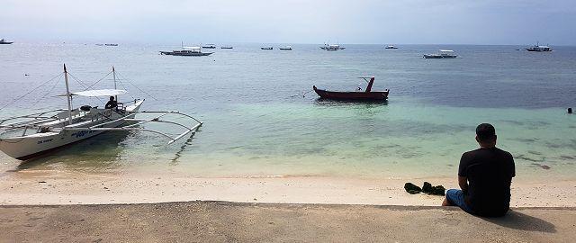 Sentado a la orilla del mar